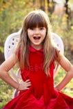 椅子的迷人的小女孩在森林里 库存图片
