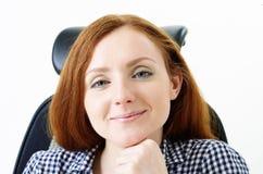 椅子的逗人喜爱的妇女 免版税图库摄影