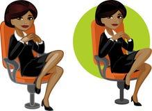 椅子的逗人喜爱的年轻非裔美国人的办公室妇女 免版税图库摄影