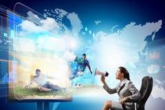 椅子的年轻女实业家在电视附近 免版税图库摄影
