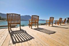 椅子码头木表面的山 免版税库存照片