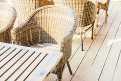 椅子空的表 免版税库存图片