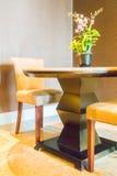 椅子空的表 免版税库存照片