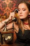 椅子老电话联系的葡萄酒妇女 图库摄影