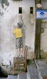 椅子街道艺术壁画的男孩在乔治城,槟榔岛,马来西亚 图库摄影