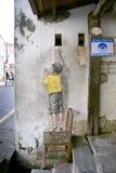 椅子街道艺术壁画的男孩在乔治城,槟榔岛,马来西亚 库存图片