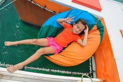 椅子袋子的逗人喜爱的女孩在筏` s吊床 库存照片
