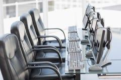 椅子计算机和耳机在一个现代办公室 免版税库存图片
