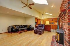 椅子门入口房子内部现代红色 客厅和厨房地区 库存图片
