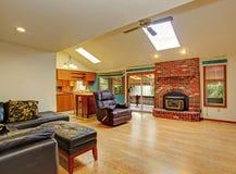 椅子门入口房子内部现代红色 客厅和厨房地区 免版税库存照片