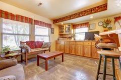 椅子门入口房子内部现代红色 开放学制的楼层 用餐厨房的区 库存照片