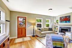 椅子门入口房子内部现代红色 有壁炉和舒适的沙发的客厅 免版税库存照片