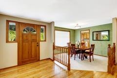 椅子门入口房子内部现代红色 有楼梯栏杆和绿色用餐的Entance走廊 库存图片