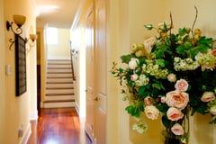 椅子门入口房子内部现代红色 有玫瑰色buquet的走廊 库存图片