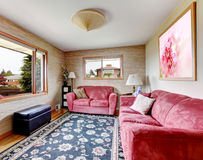 椅子门入口房子内部现代红色 有蓝色地毯的红色沙发 免版税图库摄影
