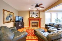 椅子门入口房子内部现代红色 有角正餐内部客厅沙发无盖货车 库存照片