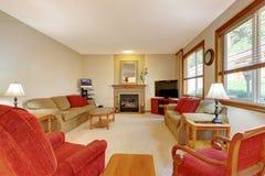 椅子门入口房子内部现代红色 桃子和红色客厅有壁炉的和红色家具 库存图片