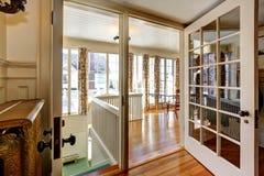椅子门入口房子内部现代红色 看法门户开放主义对餐厅和地下室 库存照片
