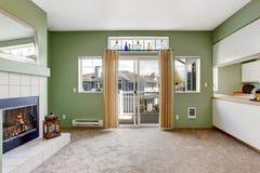 椅子门入口房子内部现代红色 空的壁炉客厅 免版税图库摄影