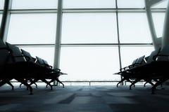 椅子,从机场终端的看法 选择聚焦葡萄酒过滤器作用 免版税库存图片