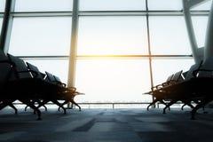 椅子,从机场终端的看法 选择聚焦葡萄酒过滤器作用 库存照片