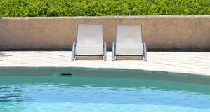 椅子临近池游泳 库存图片