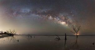 植物学海湾海滩的银河全景 免版税图库摄影