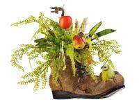 植物布置由人造花和果子制成 免版税库存照片