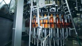 植物机器工作,有酒精的,关闭移动的瓶 股票录像