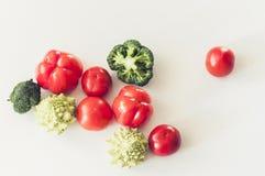 植物根据未加工的食物季节性菜背景,烹调成份,顶视图的素食主义者食物 免版税库存照片