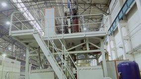 植物的复杂工厂设备 从端的视图 金属处理 影视素材