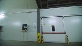 植物的大冷冻机仓库 工业冷冻机仓库门门面  存放的产品大贮藏室  影视素材