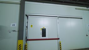 植物的大冷冻机仓库 工业冷冻机仓库门门面  存放的产品大贮藏室  股票视频