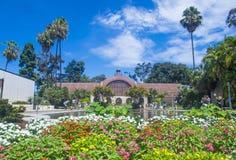 植物的大厦在圣地亚哥的巴波亚公园 免版税库存图片