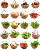 植被和食物在一个柳条筐设置了 免版税库存照片