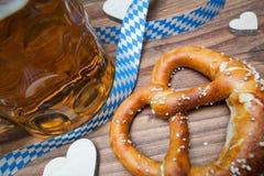 椒盐脆饼和啤酒静物画 图库摄影