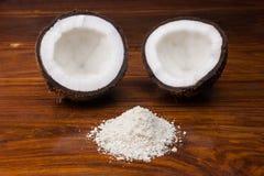 椰子一半和切细的椰子 免版税库存照片