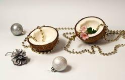 椰子创造性的布局,新年假日的概念 在桃红色背景,圣诞节decorn的装饰诗歌选和银球 免版税库存图片