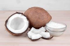椰子和切片与椰子油的椰子在自然木背景 库存照片