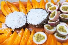 椰子和番木瓜果子在拉罗通加厨师Isla的一个盘子服务 图库摄影