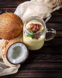 椰子和纯汁浓汤从热带水果用巧克力在woode 库存照片