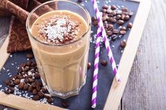 椰子咖啡巧克力圆滑的人 免版税库存照片