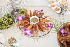 椰子嘎吱咬嚼的夏威夷虾 免版税库存图片