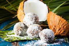 椰子在棕榈叶绿色席子的兰姆酒球  免版税图库摄影