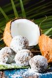 椰子在棕榈叶绿色席子的兰姆酒球  图库摄影