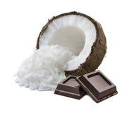椰子在白色背景隔绝的切细的巧克力正方形 免版税库存图片