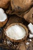 椰子在碗剥落 免版税库存照片