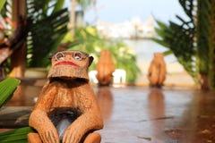 椰子在街道上卖的猴子纪念品 库存图片