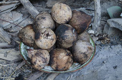 椰子壳是烧伤由饮料的火 免版税库存图片