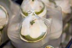 椰子待售在市场上 库存照片